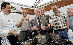 Erevoorzitter Alois Wellens (midden) genoot van de proeverij bij de opening van de handelsbeurs.<br>Frank Meurisse<br>