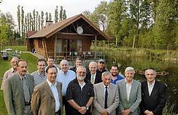 Het nieuwe bestuur van de Moerzeekse Recreatievereniging verzamelde aan de visput van Harry Nobels.<br> Paul De Malsche