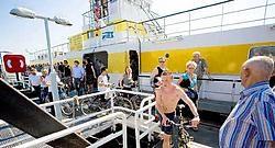 De veerdienst Lillo-Doel profiteert van het mooie zomerweer. Heel wat mensen maken tijdens het weekend gebruik van de overzetboot. Wim Daneels<br>