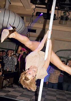 Een van de troeven van Diedjies is dat het bv's die in de belangstelling staan naar de discotheek haalt. Zo ook Tanja Dexters met haar paaldansact. rr