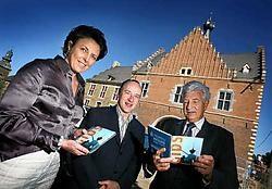 Karin Van Heetvelde, Tom Bridts en Wim Van Lishout aan het gerestaureerde poortgebouw. Ze tonen de AH-gids (Abdij Herkenrodegids) die deze week wordt uitgebracht. Yorick Jansens<br>