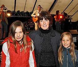Caroline Terras uit Jonkershove, samen met dochtertjes Naomi en Sarah, vindt Sons Uniques een geslaagde opener van het festival Ten Vrede. Isabelle Vanhassel