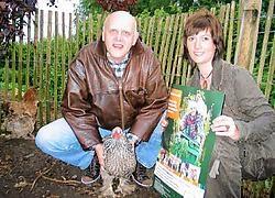 Carry Goossens en Annick Maes van IDM met 'ons Patty'.vacas
