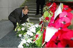 Karel van Eetvelt van Unizo legt een bloemenkrans neer aan de Menenpoort. Bart Vandenbroucke<br>