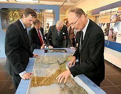 De genodigden bekijken met interesse de interactieve toepassingen van zand in het Quartz-gebouw. <br>Louis Verbraeken<br>