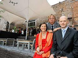 De Pakhuis-leiding op het terras: Fanny Van Herzeele, Dirk Tanghe (midden) en Dimitri De Cuyper.fvv