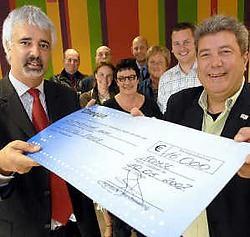 Staatssecretaris Bruno Tuybens kwam de welgekomen cheque voor de aankoop van speelgoed overhandigen. De schooldirecties op de achtergrond zijn wat blij met de centen.David Stockman<br>