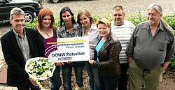 Gedeputeerde Karin Jiroflée (derde van rechts) reikt de prijs uit aan de OCMW-equipe.Johan Van Cutsem<br>