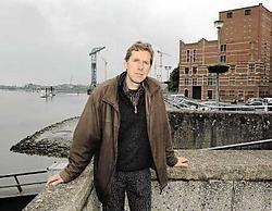 Bart Vercauteren op de Wilfordkaai in Temse. Fragmenten uit zijn roman spelen zich daar af. Paul De Malsche<br>