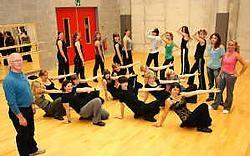 Roger De Proft en zijn leerlingen vieren dit weekend de vijftiende verjaardag van Dansateljee.Emiel Vermeir