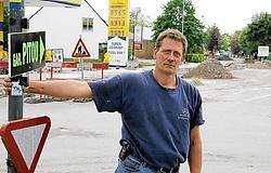Peter Van Staey, bij een van zijn 'wegwijsbordjes': <br>'Zoveel onbegrip kan ik echt niet vatten.'<br>Frederiek <br>Vande Velde