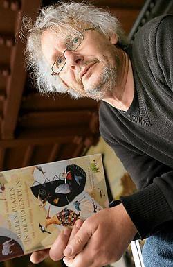 Paul De Moor met zijn jongste boek in de hand: 'Ik schrijf uit nieuwsgierigheid. Ik zou zelf ook wel willen weten hoe het afloopt.'