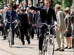 De EU-top in Amsterdam, in juni 97. Blair toonde letterlijk dat hij wilde meefietsen naar een nieuw verdrag.epa<br>
