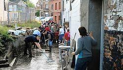 De Brouwerij-<br>gang was het zwaarst getroffen. Buren hielpen elkaar waar kon om de smurrie op te ruimen.fkd<br>