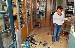 Miet Dierick van parfumeriezaak Nobody meet de schade op na de ramkraak: 'Ik heb nog geen inventaris kunnen maken, maar ik ben toch duizenden euro's kwijt.' Patrick Holderbeke