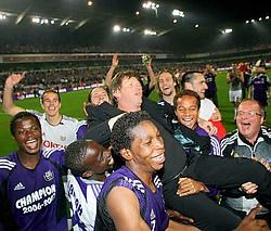 Trainer Frank Vercauteren wordt door zijn spelers op handen gedragen. 'Van de eerste dag af zag ik veel goede wil bij de spelersgroep', feliciteerde Vercauteren zijn jongens.photo news<br>