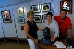Op de tentoonstelling is onder meer werk te zien van Marie-Jeanne De Smet (links) en Nele De Vlaminck. Marc Bosman maakt deel uit van het Leedse feestcomité. Carol Verstraete