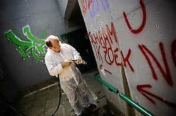De graffiti op de tunnel in Kumtich werden aangepakt met de lagedrukreiniger.Jef Collaer<br>