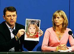 Garry en Kate McCann, de ouders van de Britse vermiste kleuter Madeleine McCann, tonen een poster tijdens een persconferentie in Berlijn. De McCanns bezoeken Duitsland om met politici te praten. reuters<br>
