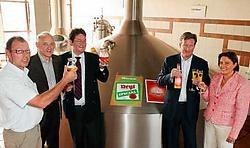In brouwerij Van Steenberge werden de Neyt Special en het Belzelierken voorgesteld door Geert De Smet (van links), brouwer Paul Van Steenberge, Carl en Christophe Neyt en Gudrun Everaert.vacas