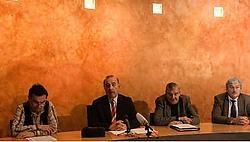 Schepen Pelgrims (CD&amp;V), huidig burgemeester Deboes (CD&amp;V), voormalig burgemeester Schellens (SP.A) en toekomstig burgemeester Peeters (CD&amp;V) op een persconferentie toen de fraudezaak losbarstte.Jef Collaer<br>