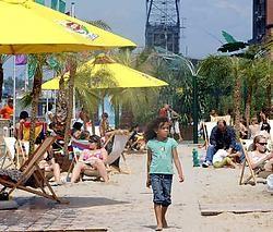 Een massa volk genoot van de zomerse sfeer in de hoofdstad. Herman Ricour<br>