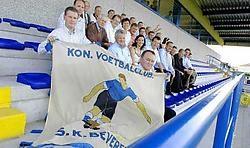Gejuich en applaus voor de nieuwe voetbaltribune in Beveren-Leie. Al worden er ook kanttekeningen gemaakt. David Stockman<br>