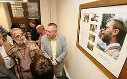 Benoit Le Fevere de ten Hove onthulde samen met burgemeester Luc Dehaene in de nieuwe Simonzaal een fotokader naar aandenken van zijn vermoorde broer Simon. Bart Vandenbroucke
