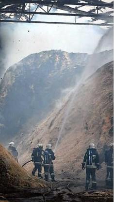 Brandweerkorpsen bestrijden de brand in de opslagslagplaats bij Houtworm. Yorick Jansens<br>