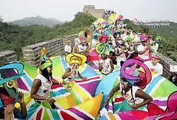 De Olympische Spelen van Peking worden voluit gepromoot (foto: festival op de Chinese Muur) en moeten mobiele tv een opstoot geven.rtr<br>