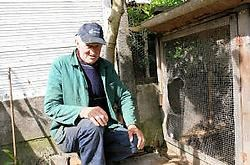Jan Pauwels toont de plek waar honden het konijnengaas openreten. Eddy Van Ranst