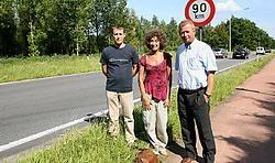 Ginette De Vos (midden) reed vorige week tegen een overstekende ree. 'Natuurgebied Spierbroek is overbevolkt', menen Davy Van De Vijver en Rob Bouman van de Wildbeheerseenheid. Eddy Van Ranst<br>