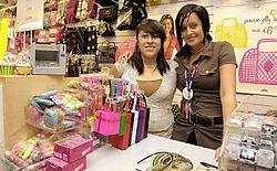 Laetitia Cafmeyer (links) en Meggy Vanhauwaert van juwelenwinkel Claire's: 'De laatste dagen kwam er veel volk over de vloer dat nog wilden profiteren van onze laatste acties.' <br>