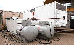 Twee nood-<br>generatoren moeten de gebouwen de volgende weken voorzien van elektriciteit. Louis Verbraeken<br>