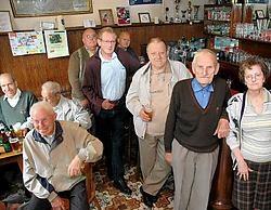 Gabriëlle Robijns (80) en Jan Robberechts (90) baten samen al 55 jaar 't Wit Paard uit. Het café bestaat dit jaar een eeuw, en dat wordt gevierd. Koen Merens <br>