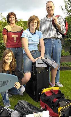 Sascha Van den Branden met zus Shana, moeder Vera en vader Kurt, klaar voor de afreis. Frank Meurisse