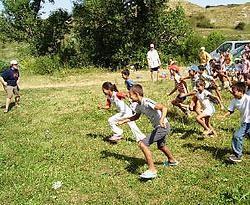 De KSA-leiders leerden de Roemeense moni's en kinderen de traditionele jeugdbewegingspelletjes aan. rr<br>