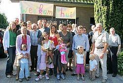 Els, Gerrit en kinderen Gretel en Sebastian tussen familie, buren en vrienden: welkom thuis!<br>Hendrik De Rycke