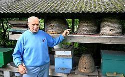 'Een bijensteek doet bij mij even veel pijn als bij jou. Alleen kunnen wij imkers dat beter verdragen', zegt Leo De Busser. Louis Verbraeken<br>