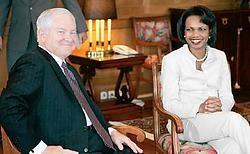 Condoleezza Rice (midden) en haar ambtgenoot van Defensie, Robert Gates, op bezoek bij de Egyptische president Hosni Mubarak, die niet op de foto staat. ap<br>