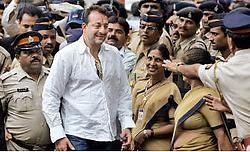 Acteur Sanjay Dutt (48) werd tot zes jaar cel veroordeeld voor het bezit van vuurwapens die hij in verdachte omstandigheden had verkregen. ap<br>