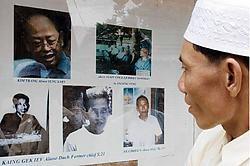 Een Cambodjaan bezoekt de beruchte gevangenis die is omgevormd tot het Tuol Sleng Genocide Museum. ap<br>