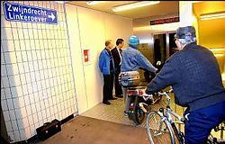 Aanschuiven voor de lift in de fietserstunnel. Wim Kempenaers<br>
