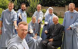 De religieuzen van de kloosterorde 'Moeder van Vrede' in de tuin van hun bescheiden abdij. Michel Vanneuville<br>