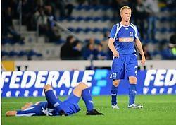 Terwijl een ploegmaat er verslagen bijligt, druipt Wouter Vrancken ontgoocheld af. Na de 1-2-thuisnederlaag tegen FK Sarajevo is de kwalificatie voor de Champions League heel ver weg voor Genk.belga<br>