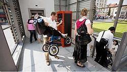 Tot grote ergernis van gezinnen met kinderwagens en rolstoelgebruikers zijn de liften in de ondergrondse parking stuk. Wim Kempenaers <br>
