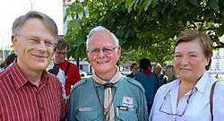 Leden van het Meense oudercomité Marc Devos en Lionelle Debackere flankeren Tom Sverre Vadholm, de Noor die best de architect van de verbroedering mag worden genoemd.<br>