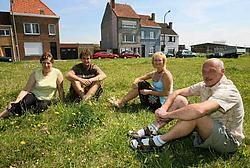 Enkele bewoners van de Schoolstraat (rechts Johan Peene) willen weten wat de luchthaven met de grond voor het beloofde park van plan is. Peter Maenhoudt<br>