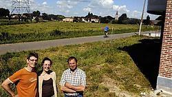 Landbouwer Stanny Verhaert (rechts) verliest een groot deel van zijn landbouwgrond. Tom Van de Vijver en Inge Voet (links) hebben recent in de Gasthuisstraat gebouwd. Straks kijken zij uit over een 6 meter hoge dijk aan de overkant van de straat.Paul De M