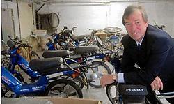 Schepen van Werkgelegen- heid Paul Stockman bij de geschonken bromfietsen. 'Na controle op veiligheid en kwaliteit worden de rijtuigen overgedragen aan het OCMW.'<br>Carol Verstraete